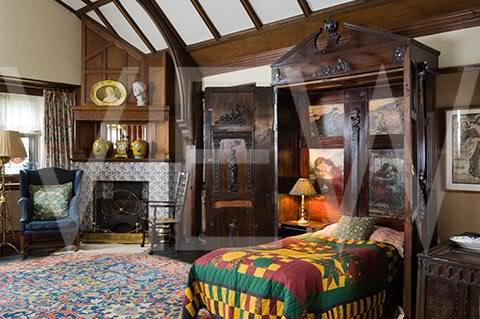 ARTS AND CRAFTS  - Página 2 29NT_159046_The_cupbaord_with_the_folding_bed_in_the_Oak_Room_at_Wightwick_Manor_Wolverhampton_West_Midlands_The