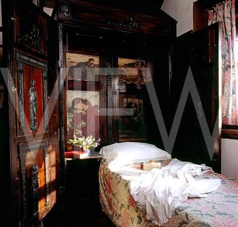 ARTS AND CRAFTS  - Página 2 30dormitorio_NT_20866_The_Oak_Room_at_Wightwick_Manor_with_the_folding_bed_in_the_cupboard_The_cupboard_is_made_from_perio