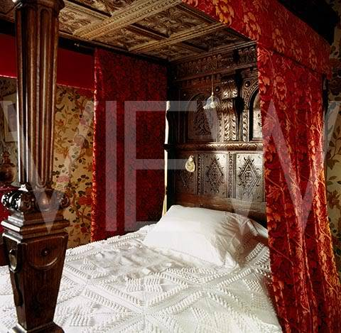 ARTS AND CRAFTS  - Página 2 31NT_20859_The_bed_in_the_Indian_Bird_Bedroom_at_Wightwick_Manor_the_bedstead_is_made_out_of_pieces_of_Jacobean