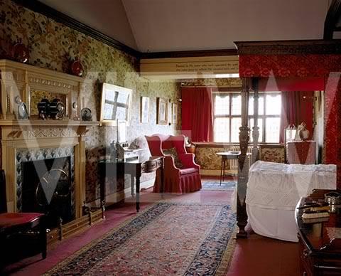 ARTS AND CRAFTS  - Página 2 32dormitorio_NT_20858_The_Indian_Bird_Bedroom_at_Wightwick_Manor_looking_towards_the_window_from_the_landing_door