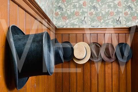 ARTS AND CRAFTS  - Página 2 34NT_159041_A_collection_of_hats_on_the_wall_in_the_Gentlemens_Cloakroom_at_Wightwick_Manor_Wolverhampton_West_M