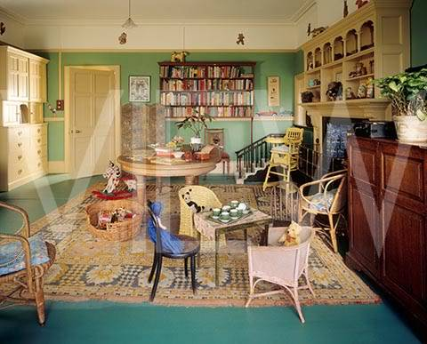 ARTS AND CRAFTS  - Página 2 35nurserydedia_NT_19269_View_of_the_Day_Nursery_at_Wightwick_Manor_looking_towards_the_door_There_is_a_table_set_for_tea_wit