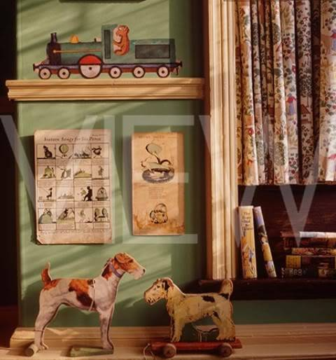 ARTS AND CRAFTS  - Página 2 37The_Day_Nursery_at_Wightwick_Manor_showing_toy_dogs_on_a_shelf_cartoons_on_the_wall_and_a_steam_trai