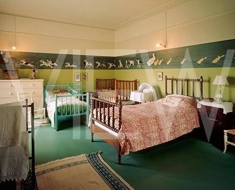 ARTS AND CRAFTS  - Página 2 38nurserydenoche_NT_19270_Two_beds_and_a_cot_in_the_Night_Nursery_at_Wightwick_Manor_The_frieze_on_the_wall_depicts_dogs_and_d
