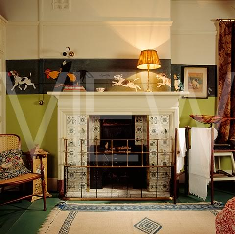 ARTS AND CRAFTS  - Página 2 39nurserynoche_NT_19267_The_tiled_fireplace_and_range_in_the_Night_Nursery_at_Wightwick_Manor_the_fire_is_surrounded_by_a_la