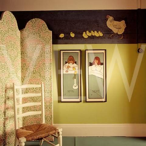 ARTS AND CRAFTS  - Página 2 40nurserydenoche_NT_19265_A_wall_in_the_Night_Nursery_at_Wightwick_Manor_with_painted_frieze_of_a_hen_and_chicks_also_two_pain