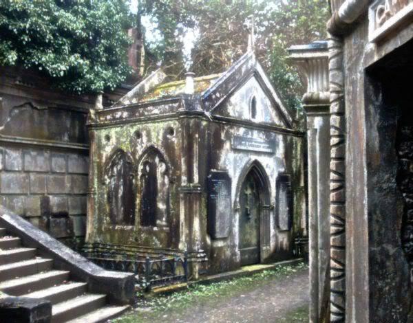 CREENCIAS ANCESTRALES Y SUS CELEBRACIONES - Página 4 81highgate_cemetery_western_oil_128