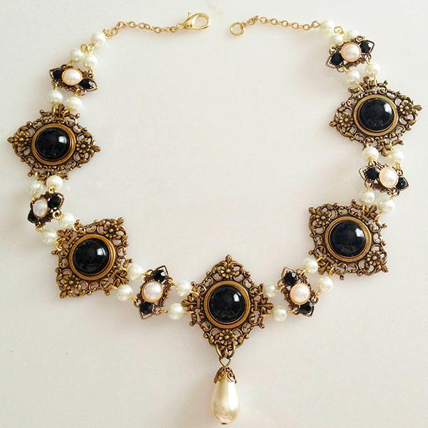 Regalos de Año Nuevo 1538 Tudors-Onyx-Diamond-Filigree-necklace-1_zpsc54a95bc