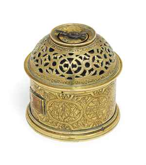 Regalos de Año Nuevo 1538 A_renaissance_engraved_gilt-brass_cylindrical_small_timepiece_table_cl_d5640546h_zpsafbe1048