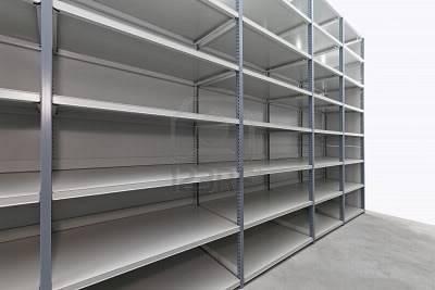Tercera Partida - Helada Desesperación 12351366-estante-de-metal-vacio-en-la-habitacion-de-almacenamiento
