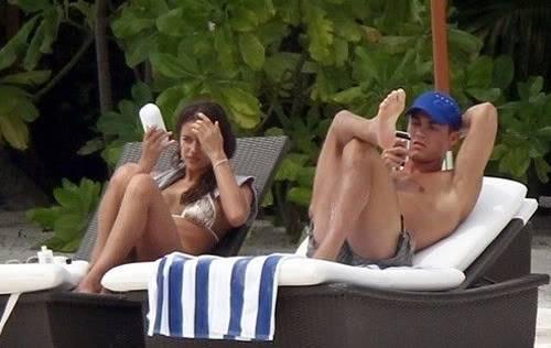 C.Ronaldo và bồ quấn quít tại bể bơi 94d243e2120083