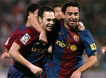 Xavi: Guardiola được ghi lại trong lịch sử, Mourinho thì không INIESTA-XAVI
