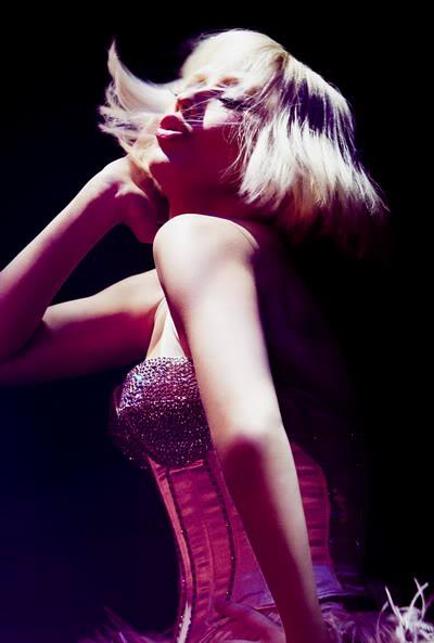 Tin mới: Christina Aguilera múa cột trong phim đầu tay A1-7