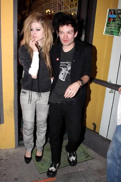 Avril Lavigne vẫn quý mến chồng cũ Av19311