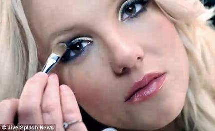 Britney Spears kiếm bộn tiền quảng cáo trong MV mới Brit23022