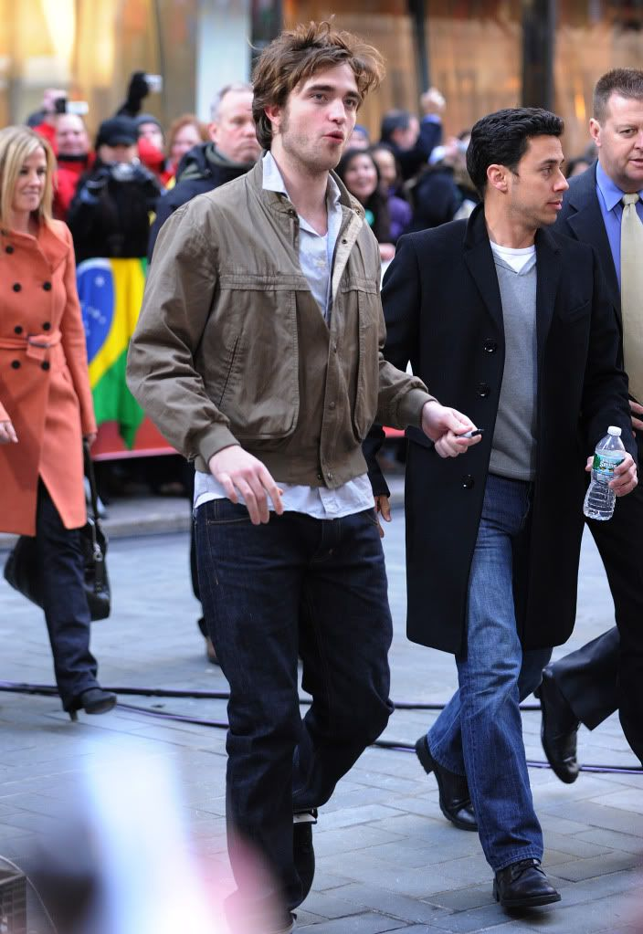 Rob @ Today' s Show... 1er Mars 2010 - Page 2 Pattinsonlife-hq-0311