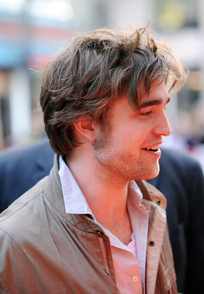 Rob @ Today' s Show... 1er Mars 2010 - Page 2 Pattinsonlife-hq-0315
