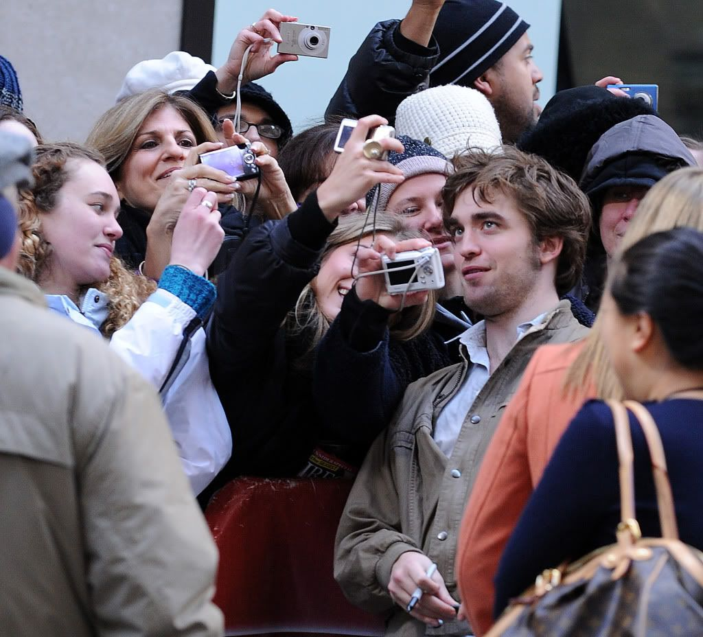 Rob @ Today' s Show... 1er Mars 2010 - Page 2 Pattinsonlife-hq-032