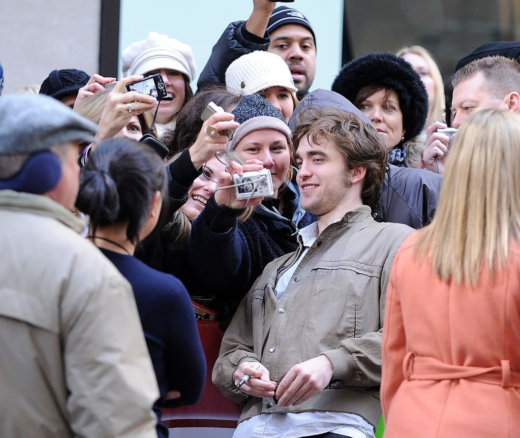 Rob @ Today' s Show... 1er Mars 2010 - Page 2 Pattinsonlife-hq-035