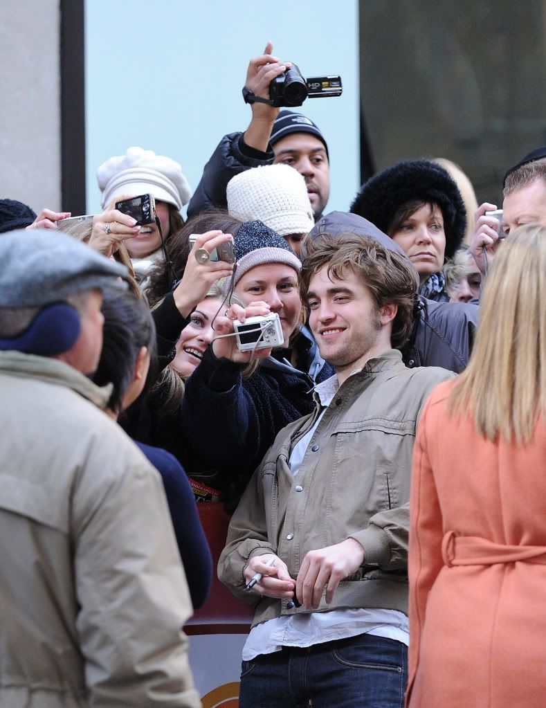 Rob @ Today' s Show... 1er Mars 2010 - Page 2 Pattinsonlife-hq-036