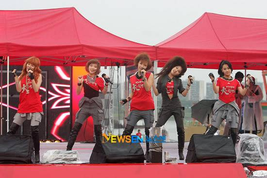 [PERF][12.06.10] SBS Radio Cheering for World Cup event 2010061220570410011