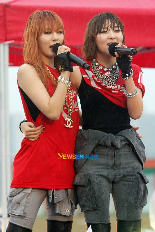 [PERF][12.06.10] SBS Radio Cheering for World Cup event 2010061221174510011