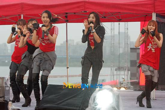 [PERF][12.06.10] SBS Radio Cheering for World Cup event 2010061221310610011