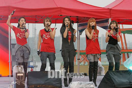 [PERF][12.06.10] SBS Radio Cheering for World Cup event 4234ca55b9ba77977e16efe