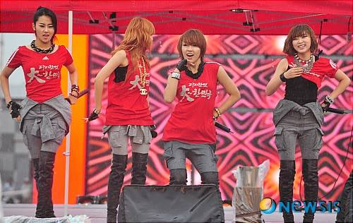 [PERF][12.06.10] SBS Radio Cheering for World Cup event Nisi201006120002989916w