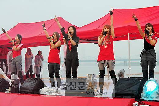 [PERF][12.06.10] SBS Radio Cheering for World Cup event Ssi20100613013313v