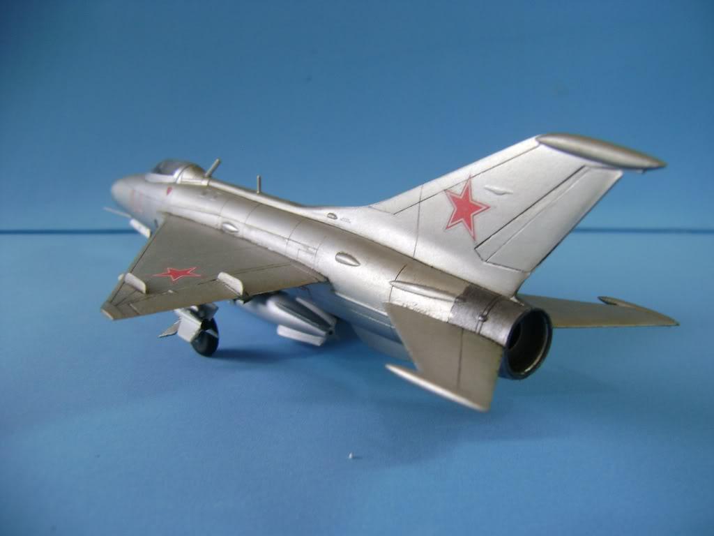 Mikoyan-Gurevich MiG-21 FISHBED 1/72 ACADEMY DSC02394