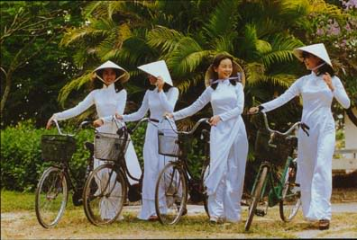 Les costumes traditionnels Aodai1