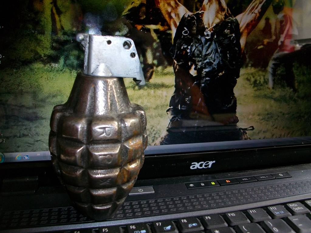 Does nayone know anything about this Grenade ? 004_zpsrk4idpmi