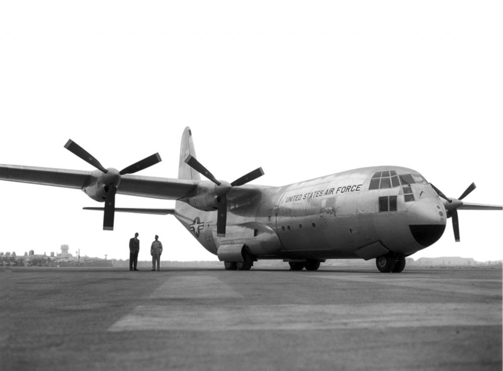 Lockheed C-130 Hercules (avión de transporte táctico medio/pesado USA) 04_V29N3_2014_Hawkins_1stYC130_FF_02_copy_1267828237_1223_zpsda823d25