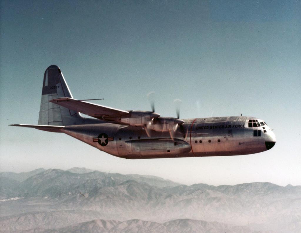 Lockheed C-130 Hercules (avión de transporte táctico medio/pesado USA) 07_V29N3_2014_Hawkins_YC130_FirstFlight_Aerial_002_1267828237_6126_zpsf2a47c87