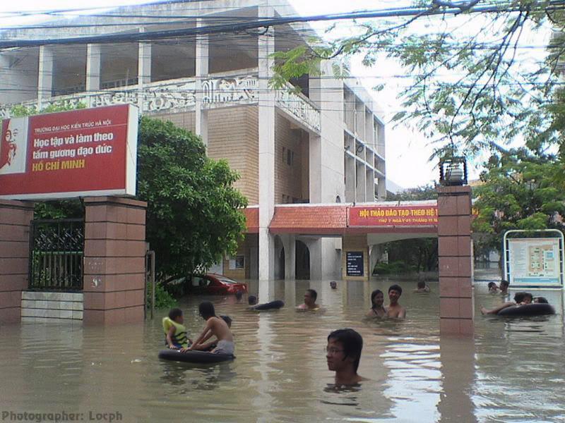 Phóng sự dzui: SV Kiến Trúc với đề án chống lũ tại trường Flood1