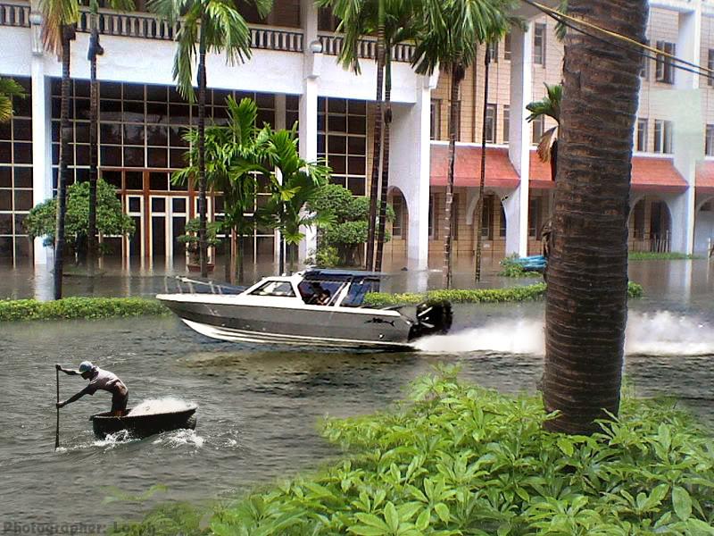 Phóng sự dzui: SV Kiến Trúc với đề án chống lũ tại trường Flood3
