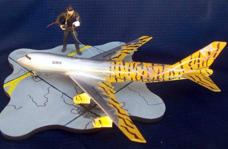 Volando un Boing 747 RC - Viñeta Mendoza036