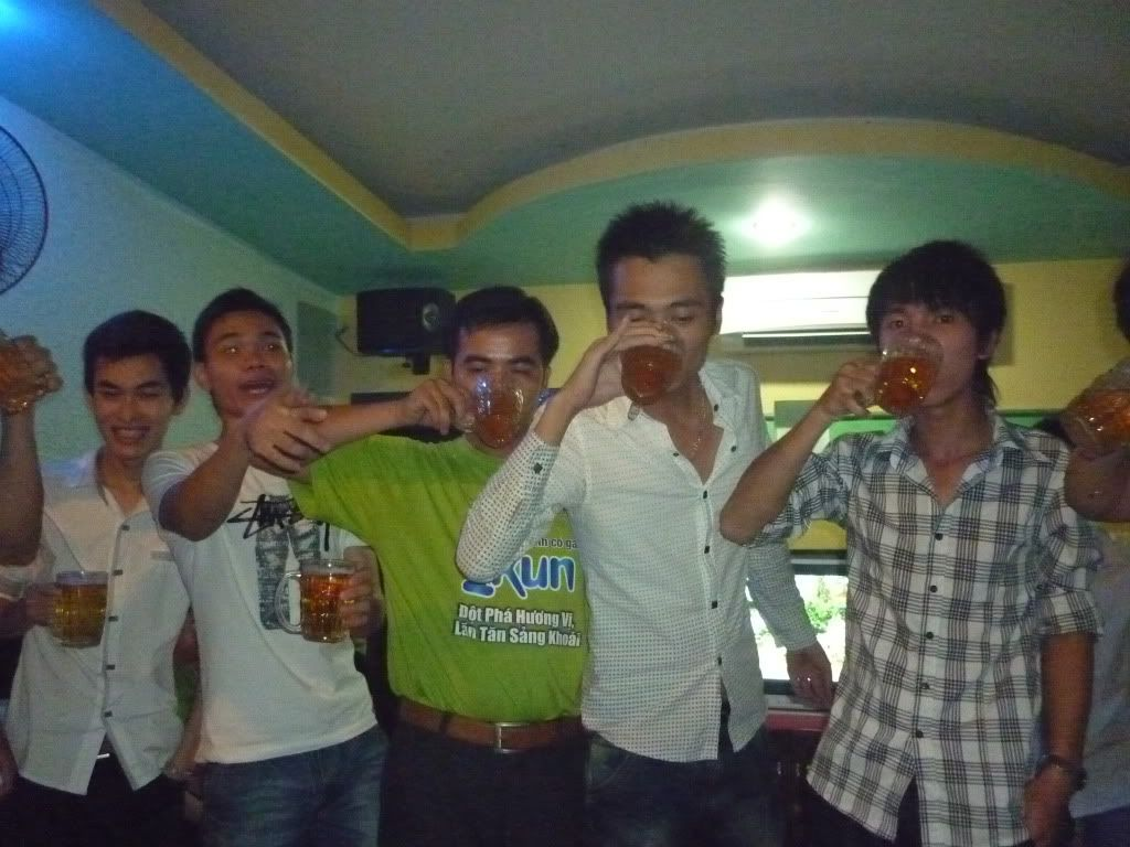 Hình ảnh đi hát Karaoke mừng đội bóng vào vòng 2 P1040932