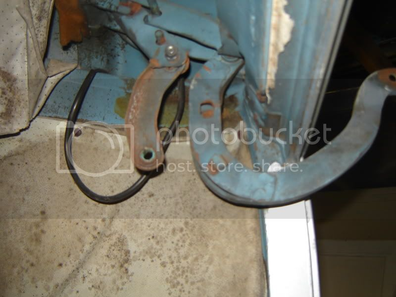 Bus Rear Hatch Spring/Hinge Removal 70Bus042-1