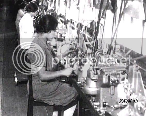Voyage dans le temps avec des photos rares de 1925 Ouvriresurmachinessigesurrailcopie