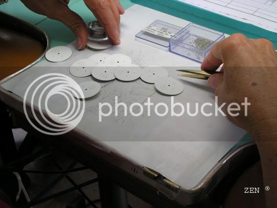 Préparation des montres aux tests du COSC dans la manufacture ZENITH PrparationdescalibrespourCOSC1copie