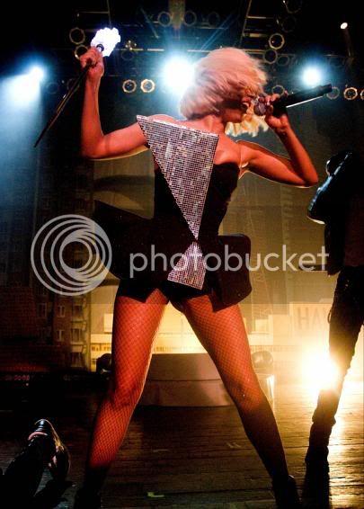 Lady Gaga :) - Página 4 Lady_gaga_kicks_it_in_chicago2