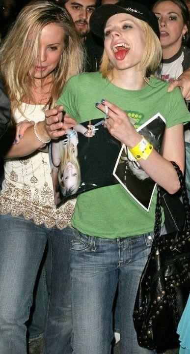 Paparazzi pic's (рок, амьд хөгжимын одуудын) Avril-lavigne-drunk-04-1