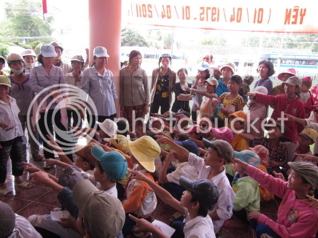 Một số hình ảnh tặng quà tại xã Hoà Quag Bắc T. Phú Yên IMG_1380-1