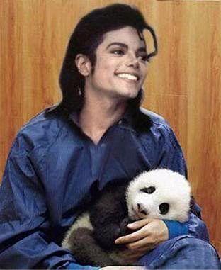 PANDA ...MK Ultra - Página 3 Awww-He-s-holding-a-wittle-panda-michael-jackson-8896622-312-381