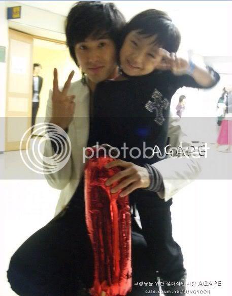 [PIC] Appa Yunnie~ Yunho with kids 73963cfa9e26e144024f56e2