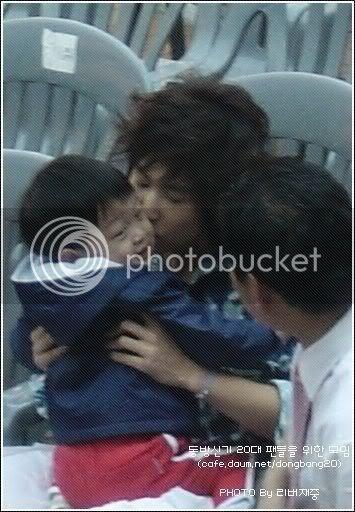 [PIC] Appa Yunnie~ Yunho with kids 77757ffbf28a6cb758ee9017
