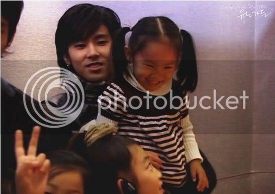 [PIC] Appa Yunnie~ Yunho with kids Aea87d54dea7a1e4b645ae1e
