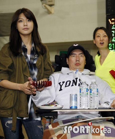 [14102012][news] SooYoung và SeoHyun đến xem một trận bóng chày cùng với HLV Park Seung Il. 0gfyv